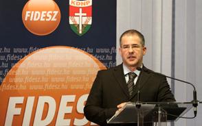 A Magyarország elleni lejárató kampány hátterében a szocialisták állnak - jelentette ki Kósa Lajos csütörtöki sajtótájékoztatóján.