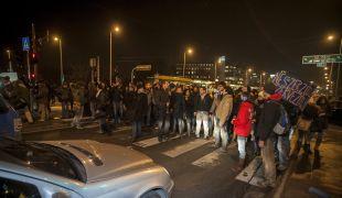 Lezárták a Petõfi hidat a tiltakozó hallgatók